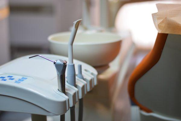 Consultório Paula Machado esterilizado com luz ultra violeta e purificador de ar contra Covid-19